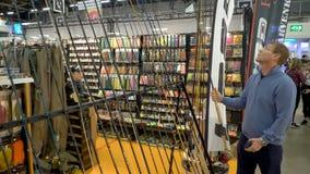 Compradores de todas as idades na loja de pesca video estoque