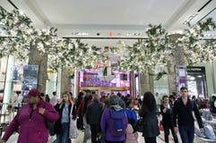Compradores dentro de Macy en el tiempo de la Navidad en NYC Imagen de archivo