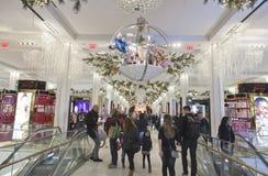 Compradores dentro de Macy en el tiempo de la Navidad en NYC Imágenes de archivo libres de regalías