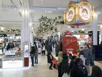 Compradores dentro de Macy en el tiempo de la Navidad en NYC Foto de archivo libre de regalías