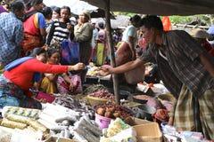 Compradores e vendedores em um mercado tradicional em Lombok Indonésia Imagem de Stock
