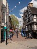Compradores en Bailey Street en Oswestry Shropshire Imagenes de archivo