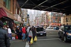 Compradores en Chinatown Nueva York los E.E.U.U. 2013 Imagenes de archivo