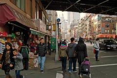 Compradores en Chinatown Nueva York los E.E.U.U. 2013 Foto de archivo libre de regalías