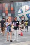 Compradores en el área comercial del pueblo, Pekín, China Foto de archivo