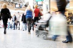 Compradores en el centro comercial Imagenes de archivo