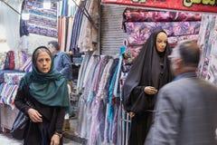 Compradores en el departamento de la materia textil de mercado, Teherán, Irán Fotos de archivo