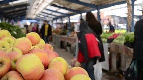 Compradores en el mercado de las verduras y de las frutas metrajes