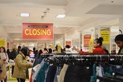 Compradores en el señor y Taylor New York Shopping Clothes fuera de los hombres de negocios que compran mercancía del descuento imagen de archivo