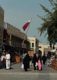 Compradores en el souq 2018 de Doha Imagenes de archivo