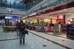 Compradores en la tienda con franquicia del aeropuerto de Dubai International Fotos de archivo libres de regalías