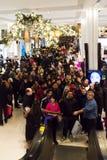 Compradores en Macys el día de la acción de gracias, el 28 de noviembre Imágenes de archivo libres de regalías