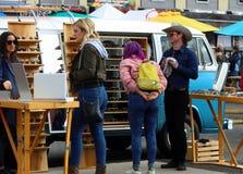 Compradores en Smorgasburg, Los Ángeles imagen de archivo