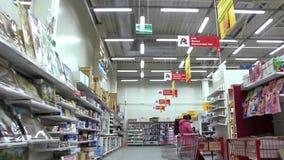 Compradores en supermercado almacen de video