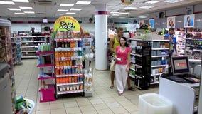 Compradores en tienda almacen de video
