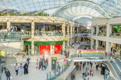 Compradores en un centro comercial Fotos de archivo libres de regalías