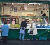 Compradores en una parada del mercado de carne Fotos de archivo libres de regalías