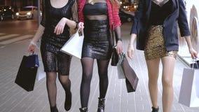 Compradores femeninos jovenes de la forma de vida del fashionista metrajes