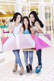 Compradores jovenes que miran el panier Imagen de archivo