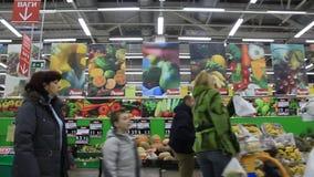 Compradores no supermercado video estoque