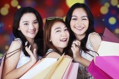 Compradores preciosos que sonríen en la cámara Fotografía de archivo libre de regalías