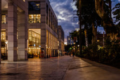 Compradores que caminan en la noche - siluetas - Tel Aviv Fotos de archivo