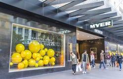Compradores que caminan fuera de Myer en Melbourne Imagen de archivo libre de regalías