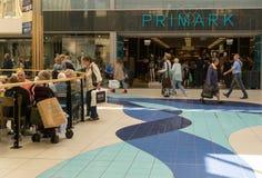 Compradores que hacen compras en Chelmsford Inglaterra Imágenes de archivo libres de regalías