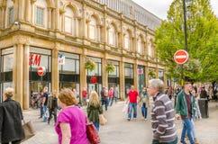 Compradores y turistas que vagan alrededor de centro de ciudad de Harrogate foto de archivo libre de regalías