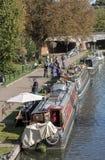 Comprando dos barcos em um canal inglês em Newbury, Reino Unido foto de stock royalty free
