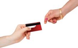 Comprando e pagando soldi con la carta di credito Fotografia Stock Libera da Diritti