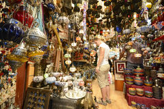 Comprando em Muttrah Souq, Muscat, Omã imagens de stock