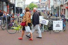 Comprando no centro de cidade de Leeuwarden, Friesland, Holanda Imagens de Stock