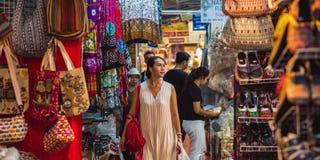 Comprando no mercado de Chatuchak - Banguecoque, Tailândia Imagens de Stock
