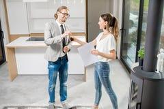 Comprando o affittando un nuovo appartamento immagini stock