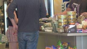 Comprando o alimento (3 de 4) vídeos de arquivo