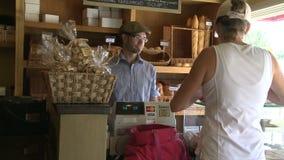 Comprando o alimento (1 de 4) vídeos de arquivo
