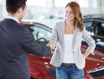 Comprando um carro Foto de Stock