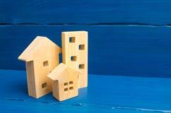 Comprando y vendiendo de las propiedades inmobiliarias, construcción Apartamentos y apartamentos Ciudad, acuerdo minimalism Para  foto de archivo