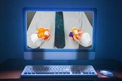 Comprando y vendiendo píldoras farmacéuticas de la medicación en línea en la internacional Imagen de archivo libre de regalías
