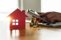 Comprar e vender casas e bens imobiliários fixam o preço do conceito foto de stock