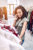 Compras étnicas de la mujer y charla en el teléfono Imágenes de archivo libres de regalías