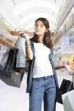 Compras adolescentes (de la chica joven) con los bolsos Imagen de archivo