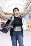 Compras adolescentes (de la chica joven) con los bolsos Fotos de archivo libres de regalías