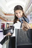 Compras adolescentes (de la chica joven) con los bolsos Imagen de archivo libre de regalías