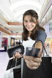 Compras adolescentes (de la chica joven) con los bolsos Foto de archivo