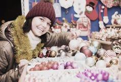 Compras adolescentes felices de la muchacha en la feria festiva Imagen de archivo