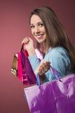 Compras alegres de la mujer Fotografía de archivo libre de regalías