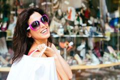 Compras alegres de la mujer de la moda Fotografía de archivo