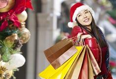 Compras asiáticas jovenes de la mujer para la Navidad fotografía de archivo libre de regalías